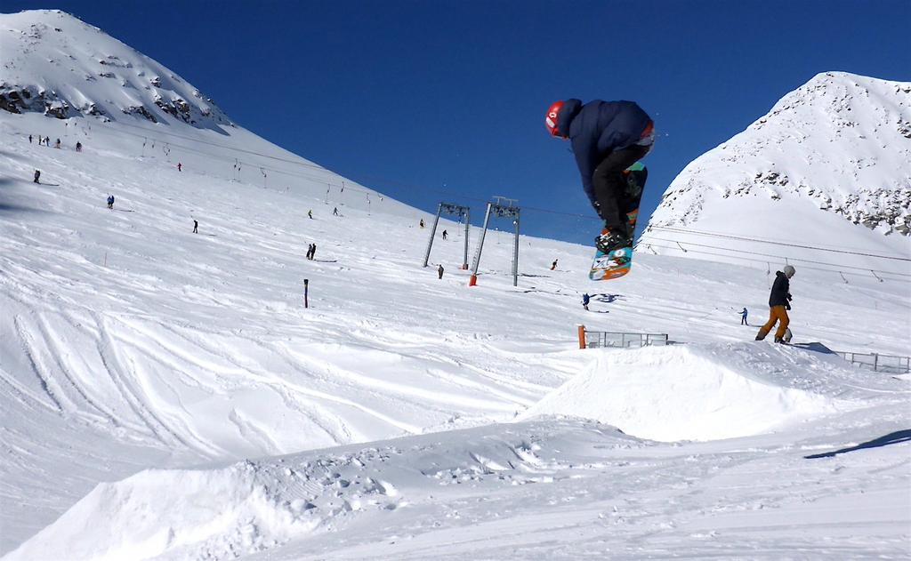 Freestyle snowboarding contains several trick categories that all have to be recognized for an application in training sessions or competitions.
