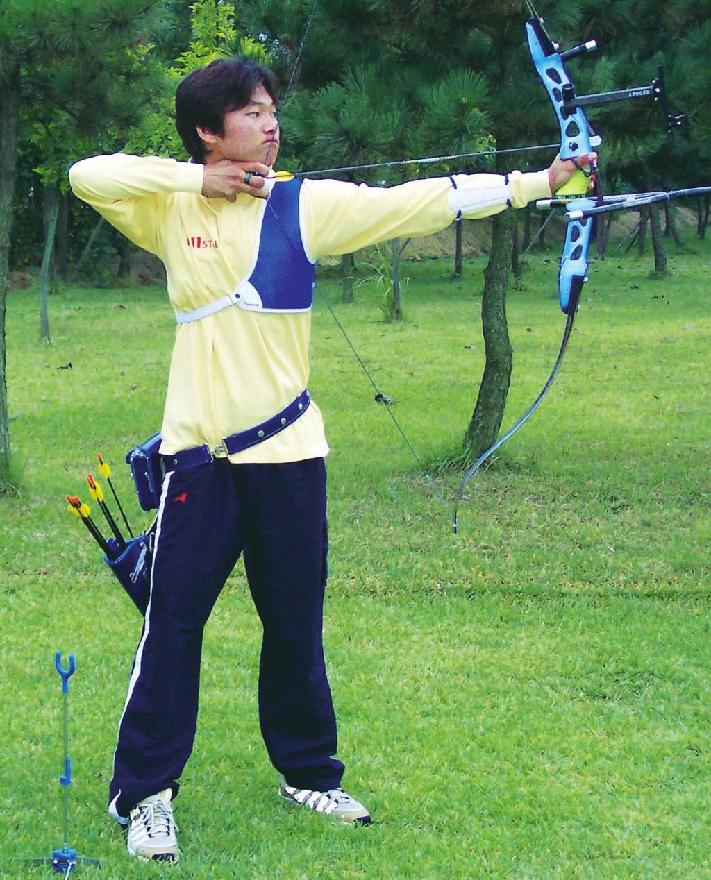 TOTAL ARCHERY 11 _ Relationship between Head Position and Shoulders The consistency of the triangle formed by the two shoulders and the chin is very important for consistency.