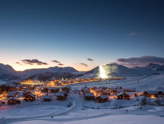 L ALPE D HUEZ Located in a fully south plateau at 1 860m of altitude, the Alpe d Huez is one of the richer resort in terms of