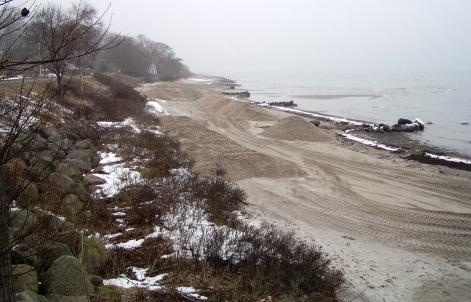 The sand is deposited in the northwest end of the beach, on top of old groins and concrete seawalls, elevating the beach between 2-8 cm. The average deposit per square meter is 4,25m 3.