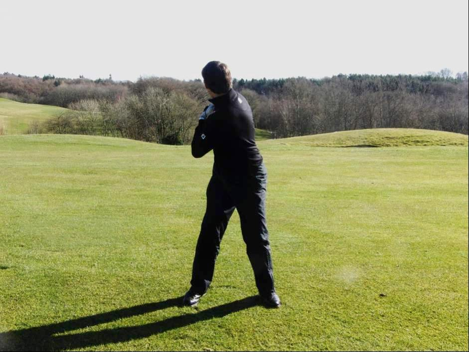 5. Wind and Unwind to produce power A good drill to illustrate how the body is meant to powerfully rotate during the swing consists of getting into your stance and placing your hands on your hips.