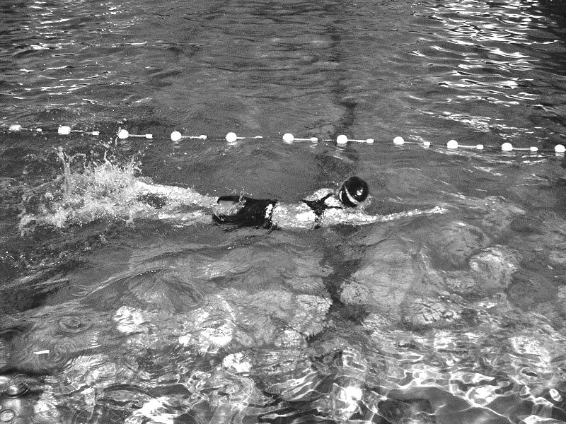 Swimmer swims in the vicinity of the wall, so that when the swimmer passes the hand through the air, so to avoid a hit on the wall, must have a pointed bending of the arm at the elbow. 6.