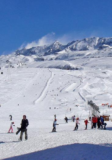Winter The Alpe d Huez Ski Area has a combined total of 250km of downhill skiing, with 135 individual pistes, served by 80 ski lifts.