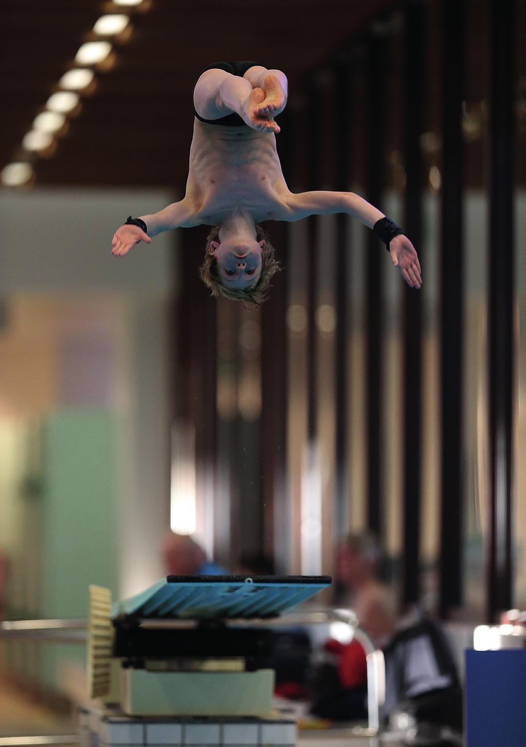 DIVE 1 / LEARN TO DIVE To introduce new core aquatic skills, try out diving and cross over from swimming, gymnastics or trampolining.