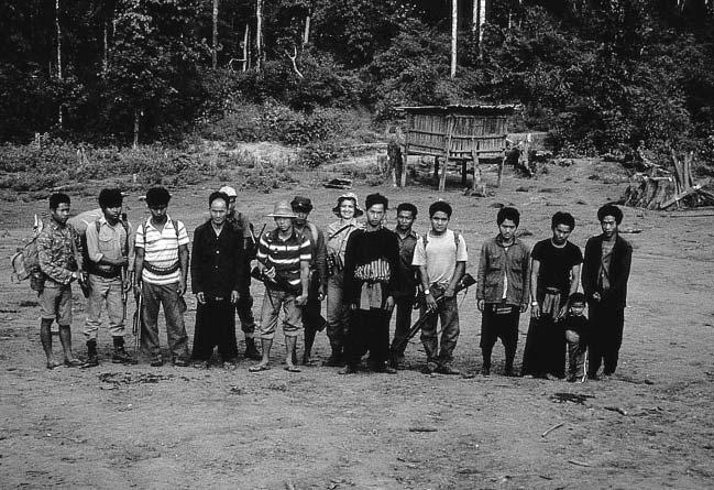 280 A. Eudey Figure 13.1. First encounter of Ardith Eudey, accompanied by Forest Department workers, with the Hmong of YooYeeVillage in 1982.