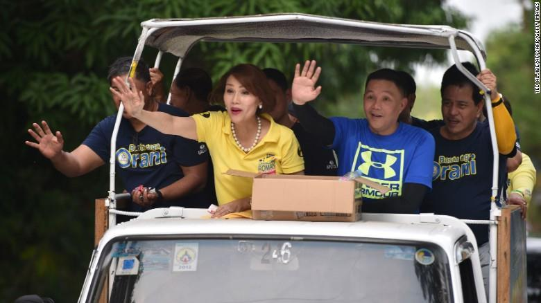 Ikatlong Larawan Philippines elects first transgender woman to congress By Robert Sawatzky, for CNN Updated 0155 GMT (0955 HKT) May 11, 2016 Geraldine Roman waves to supporters while campaigning in