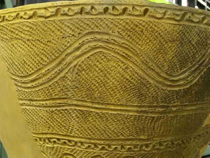 Japanese poery decoraed wih hand-engraved rope paerns. There are a grea variey of rope paerns, and many archaeologiss are doing research on he relaionship beween rope syles and paerns.