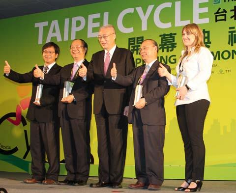 PG. 6 Taipei Cycle Day 1 Two thumbs up: Taiwan vice president Wu Den-yih